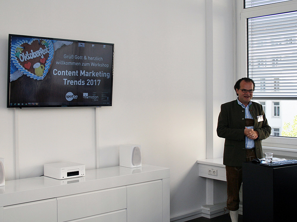 """Airmotion-Media-Geschäftsführer Tobias Lobe begrüßt die Gäste des """"Workshop & Wiesn 2016"""""""