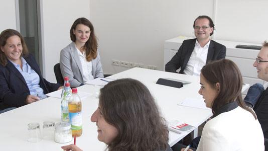 Mitarbeiter von Airmotion Media am Tisch im Konferenzraum