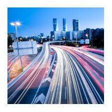 Autobahn mit Verkehr bei Nacht
